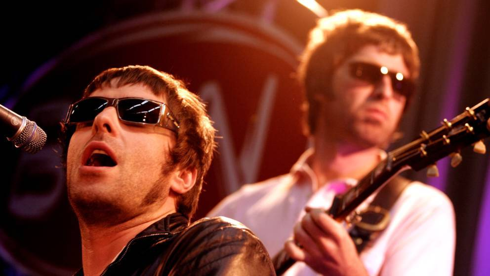 NETHERLANDS - JUNE 01:  Photo of Liam GALLAGHER and Noel GALLAGHER and OASIS; Liam Gallagher & Noel Gallagher performing