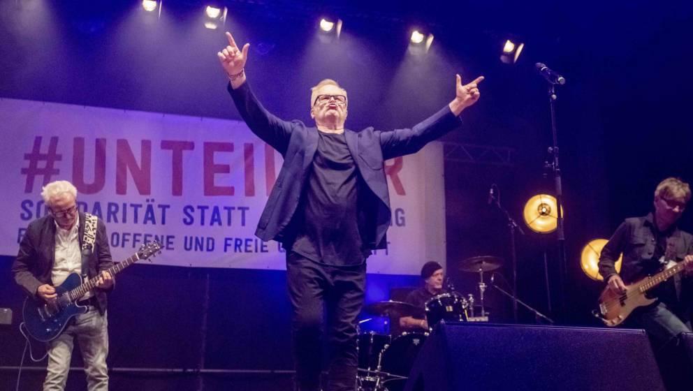 13.10.2018, Berlin: Der Musiker Herbert Grönemeyer tritt bei der Abschlusskundgebung der Demonstration gegen Rassismus und R