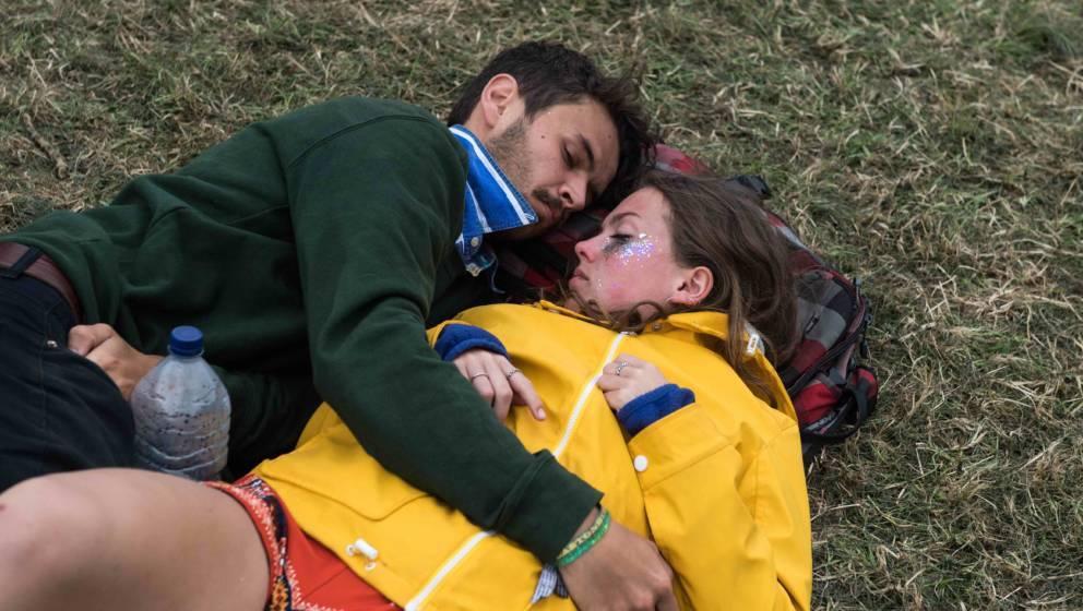 Vom Festivalstress erledigt: Schlummernde Fans beim Glastonbury Festival
