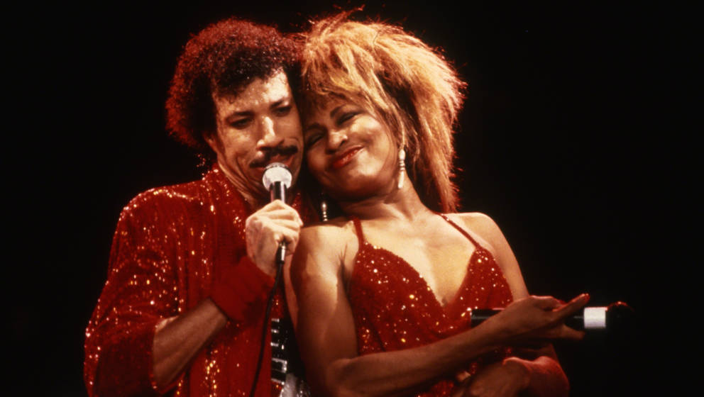 UNSPECIFIED - CIRCA 1985: Lionel Richie performs with Tina Turner circa 1985. (Photo by Jerry Wachter/IMAGES/Getty Images)