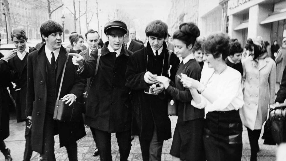 George Harrison, Paul McCartney und John Lennon mit Fans