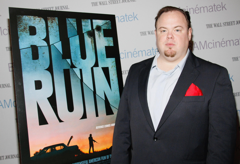 """Devin Ratray vor einem Kinoplakat von """"Blue Ruin"""""""