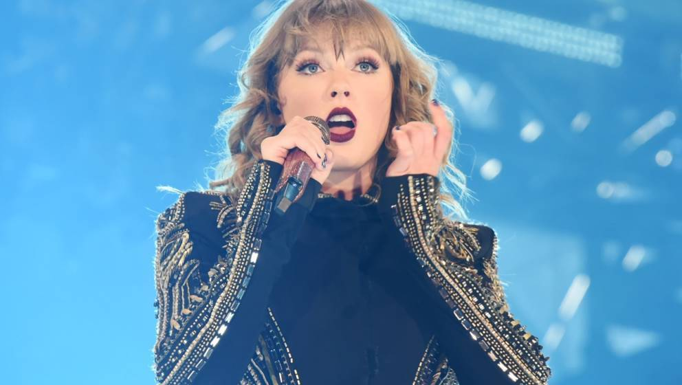 TOKYO, JAPAN - NOVEMBER 20:  Taylor Swift performs at Taylor Swift reputation Stadium Tour in Japan presented by Fujifilm ins