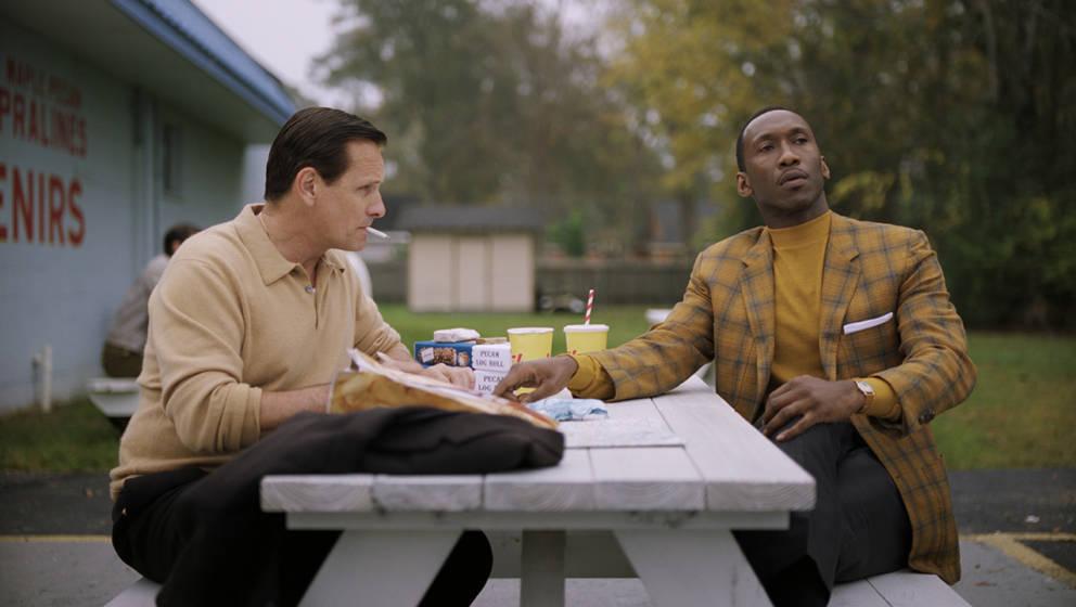 """Szene aus """"Green Book"""": Tony Lip (Viggo Mortensen) und Dr. Don Shirley (Mahershala Ali) machen eine Pause"""