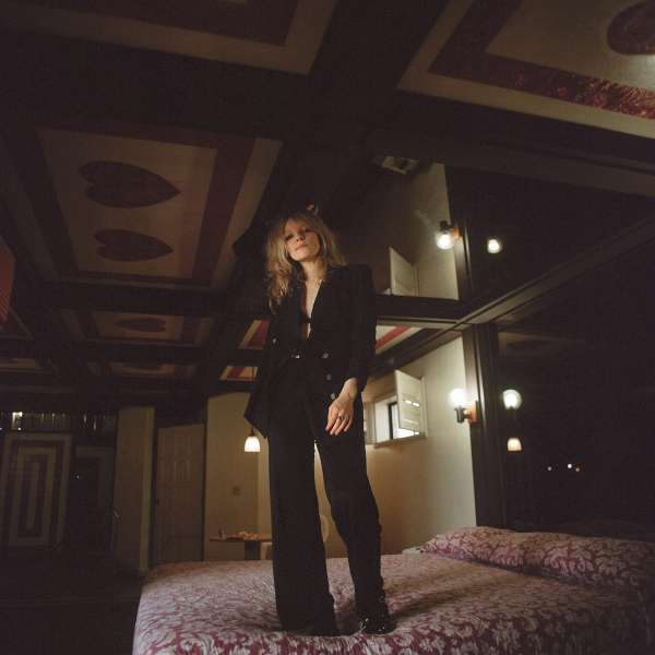 """Auf Hotelbetten steht es sich am besten: Jessica Pratt auf dem Cover von """"Quiet Signs"""""""
