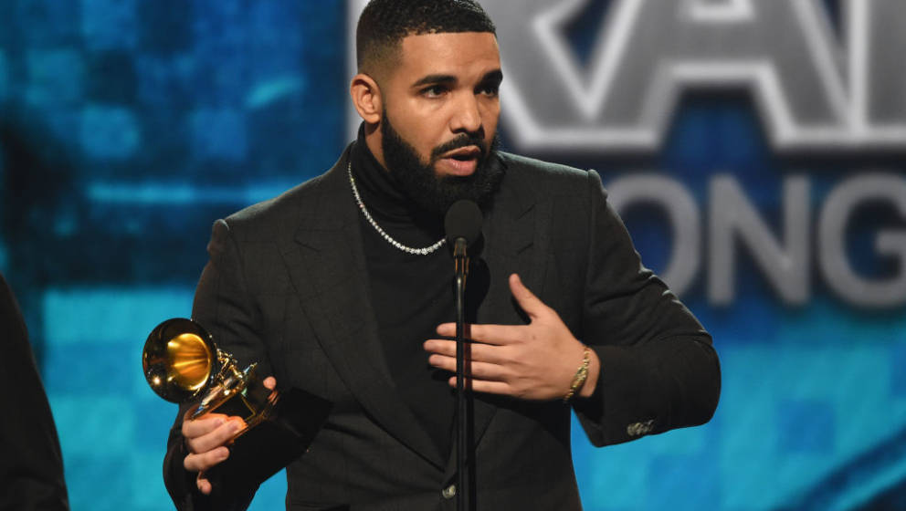 LOS ANGELES, CA - FEBRUARY 10:  Drake accepts the Best Rap Song award for 'God's Plan' onstage backstage during the 61st Annu