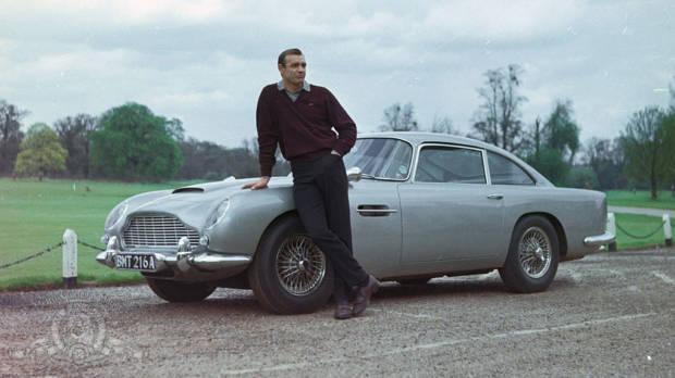 """Vergangene Zeiten: James Bond mit Aston Martin in """"Goldfinger"""""""