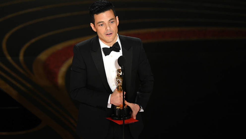 Rami Malek nimmt glücklich seinen Oscar als bester Hauptdarsteller entgegen