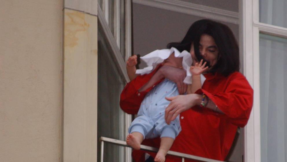 Michael Jackson hält seinen Sohn, Prince Michael II (Blanket) über einen Balkon des Adlon-Hotels in Berlin