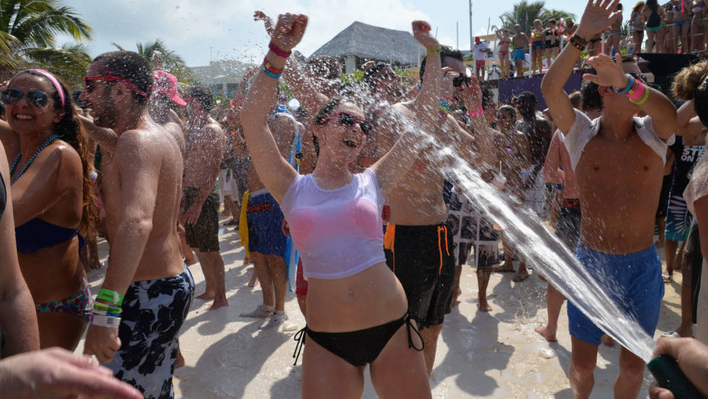 CANCUN, MEXICO - MARCH 21:  Spring breakers attend mtvU Spring Break 2014 at the Grand Oasis Hotel on March 21, 2014 in Cancu
