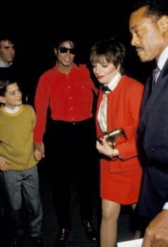 Safechuck und Jackson Hand in Hand neben Liza Minnelli