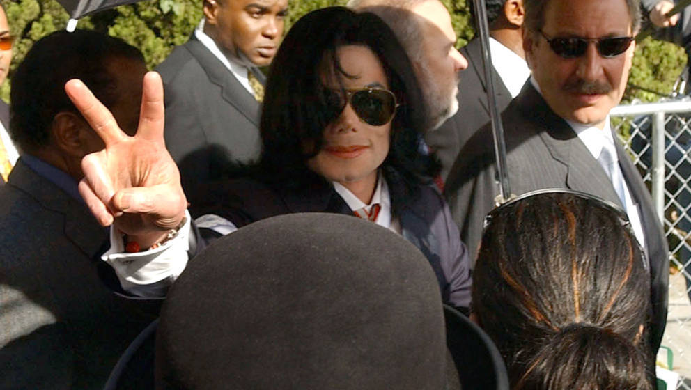 Michael Jackson (C) leaves the Santa Maria Courthouse with his sister Janet Jackson and Mark Geragos (R) Friday, Jan. 16, 200