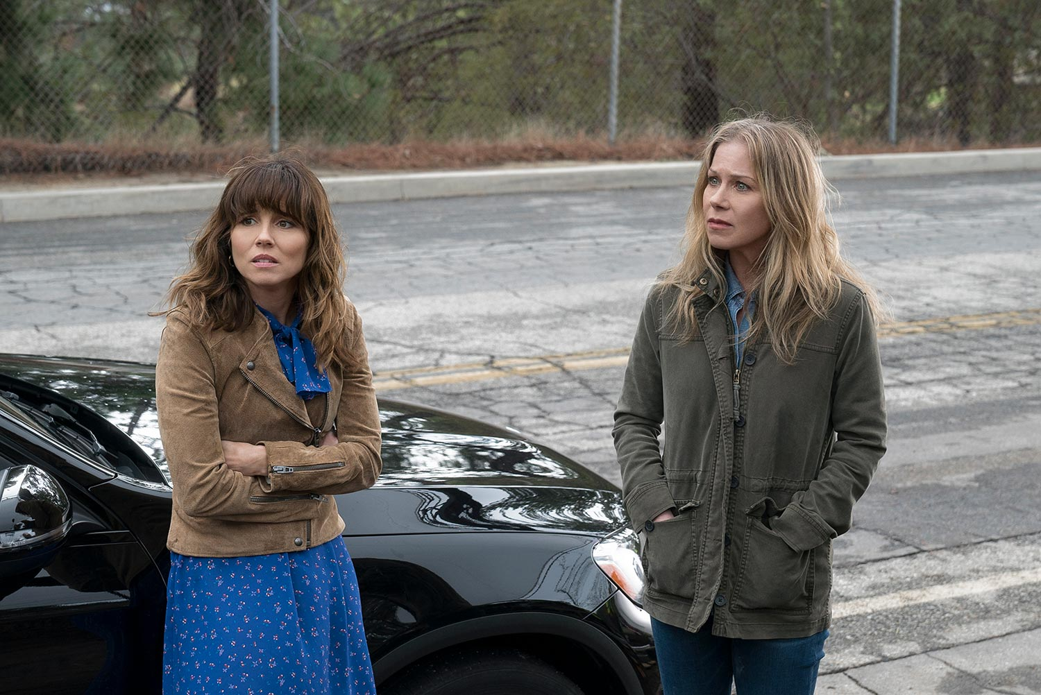 "Linda Cardellini (l) und Christina Applegate in ""Dead To Me"""