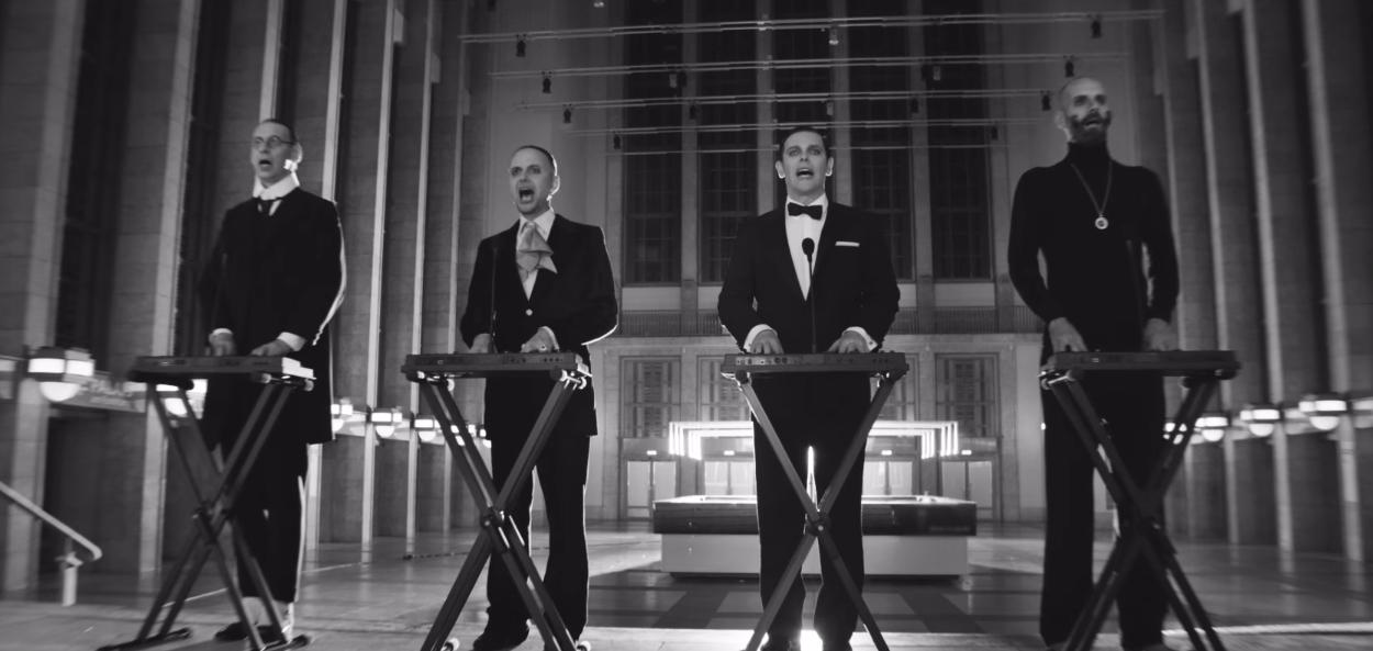 """Rammstein als Kraftwerk-Verschnitt: Szene aus dem Musikvideo zu """"Radio"""""""