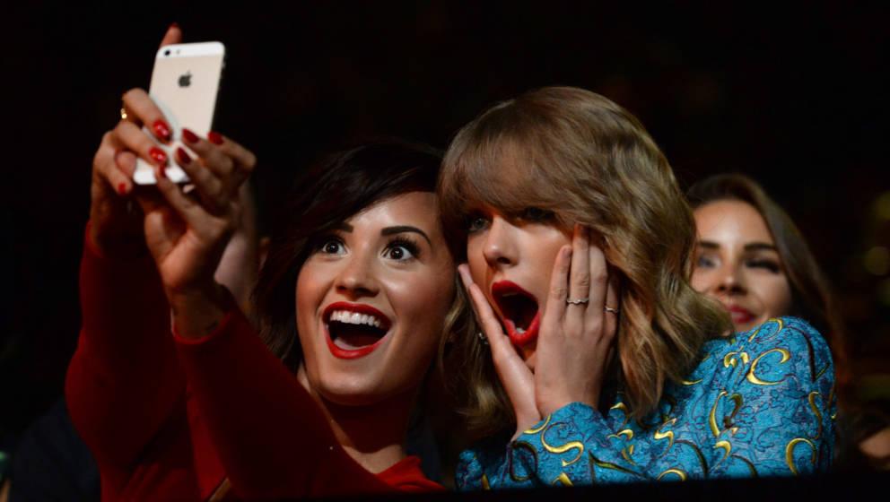 Taylor Swift und Demi Levato posieren für ein Instagram-Selfie