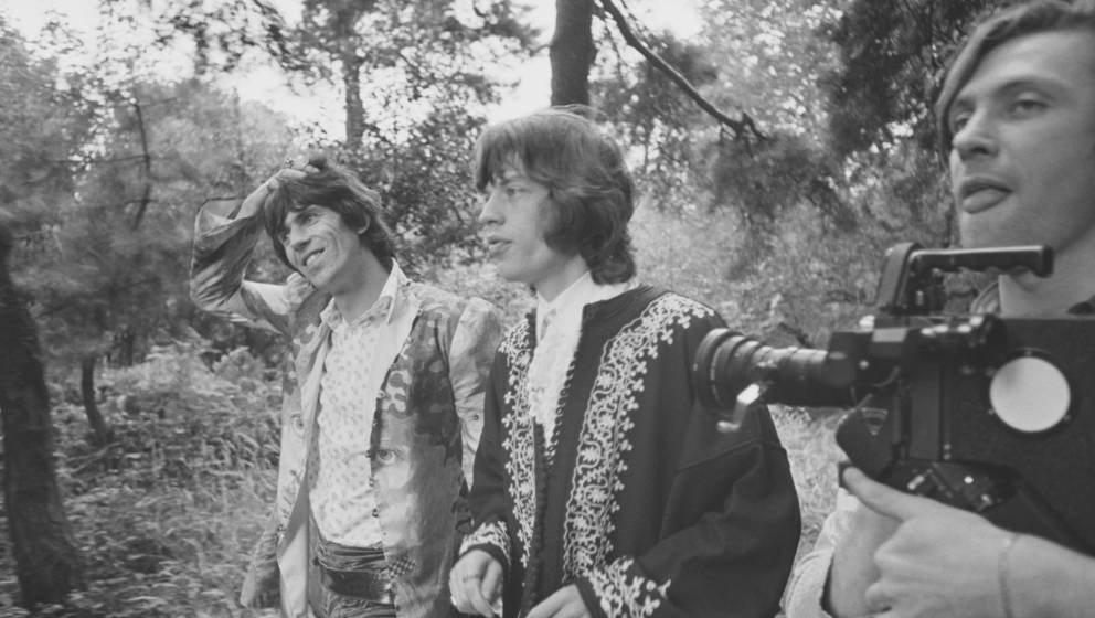 Keith Richards (links) und Mick Jagger mit Regisseur Peter Whitehead (1937-2019)