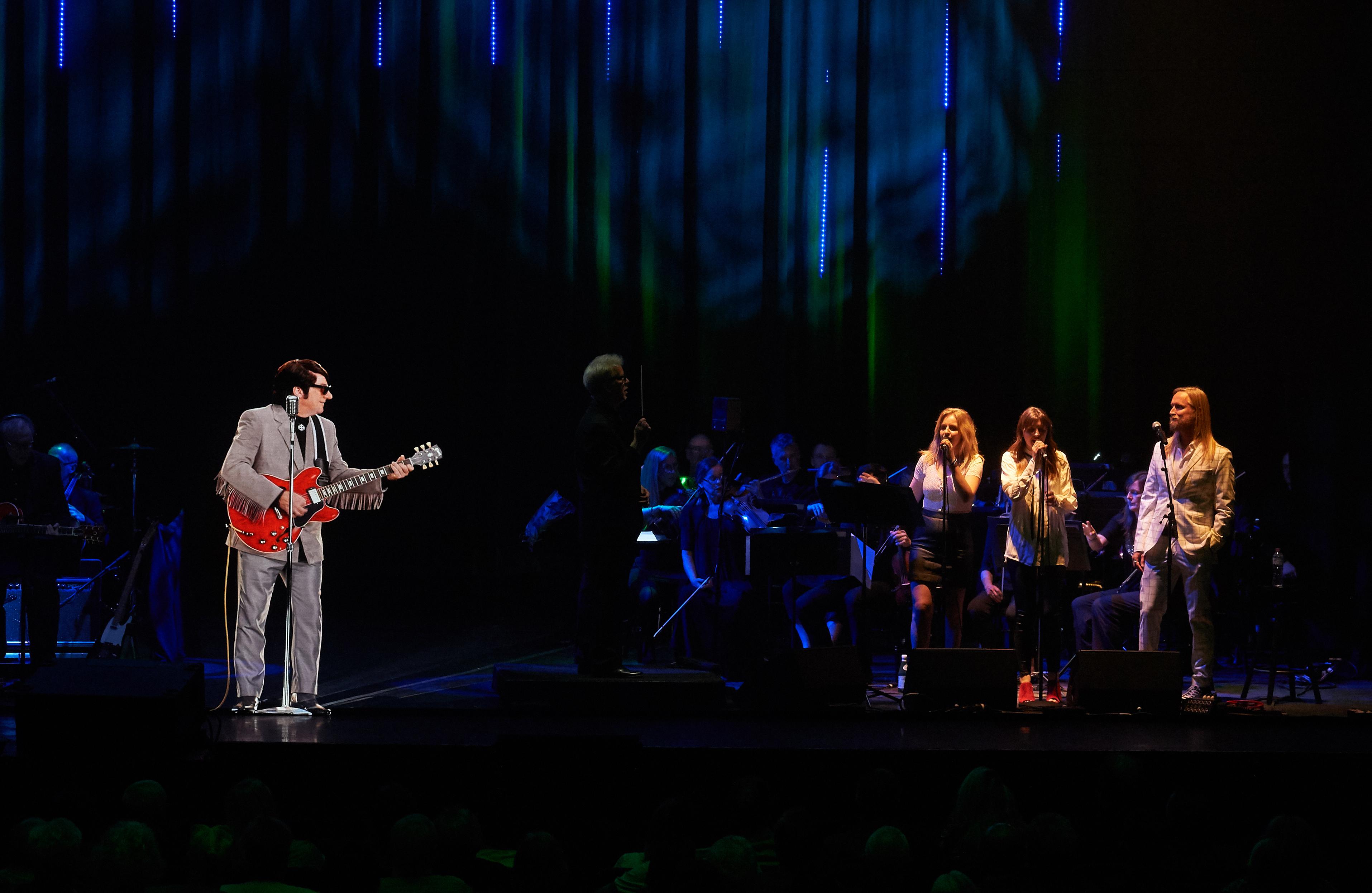 Roy Orbison (Hologramm) spielt mit Band