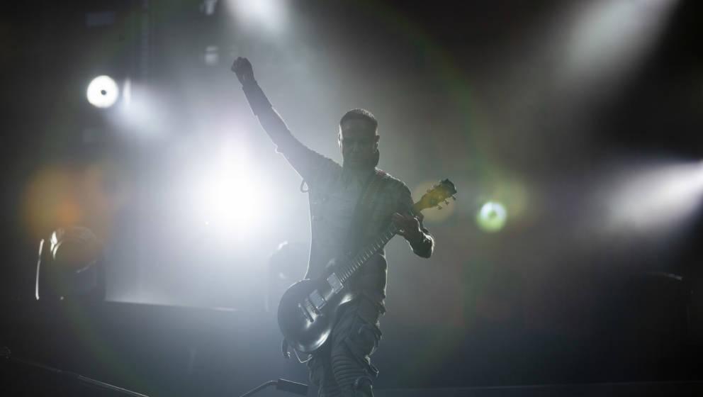22.06.2019, Berlin: Paul Landers, Rhythmusgitarrist von Rammstein, tritt beim Konzert der Band Rammstein im Olympiastadion au