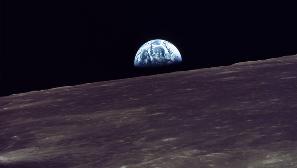 """Foto vom """"Aufgang der Erde"""" auf dem Mond, geschossen während der ersten Mondmission"""