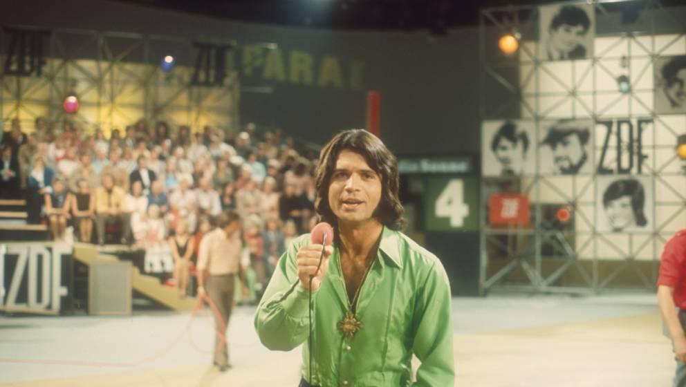 Costa Cordalis (Sänger), ZDF-Show, 'Super-Hitparade 1981', 01.11.1981, Band-Mitglieder, Bühne, Auftritt, singen, Mikrofon,