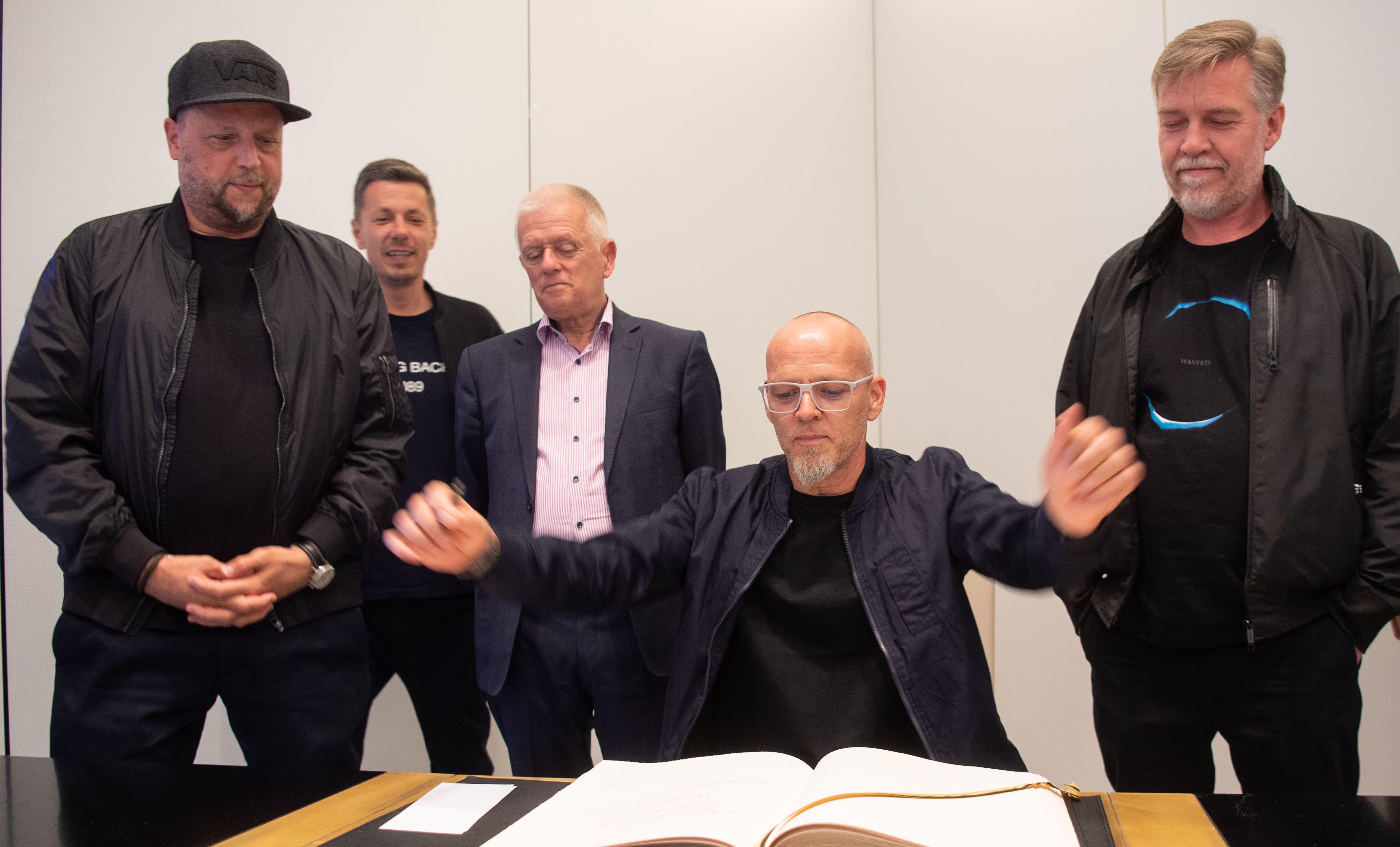 Im Establishment angekommen: Stuttgarts Oberbürgermeister Fritz Kuhn (Grüne) schaut, wie sich Fanta 4 ins Goldene Buch der Stadt Stuttgart eintragen