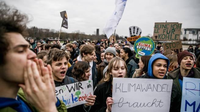 Junge Demonstranten gehen für den Klimaschutz auf die Straße.