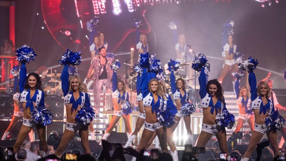 Queen auf der Bühne mit den Dallas Cowboys Cheerleadern