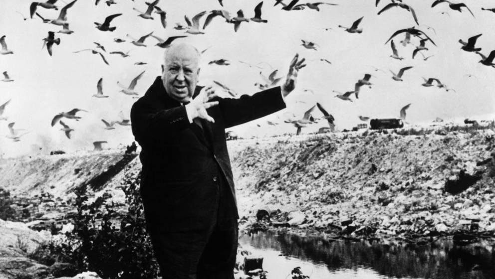 Alfred Hitchcock mit den geistern, die er aus der Flasche gelassen hat