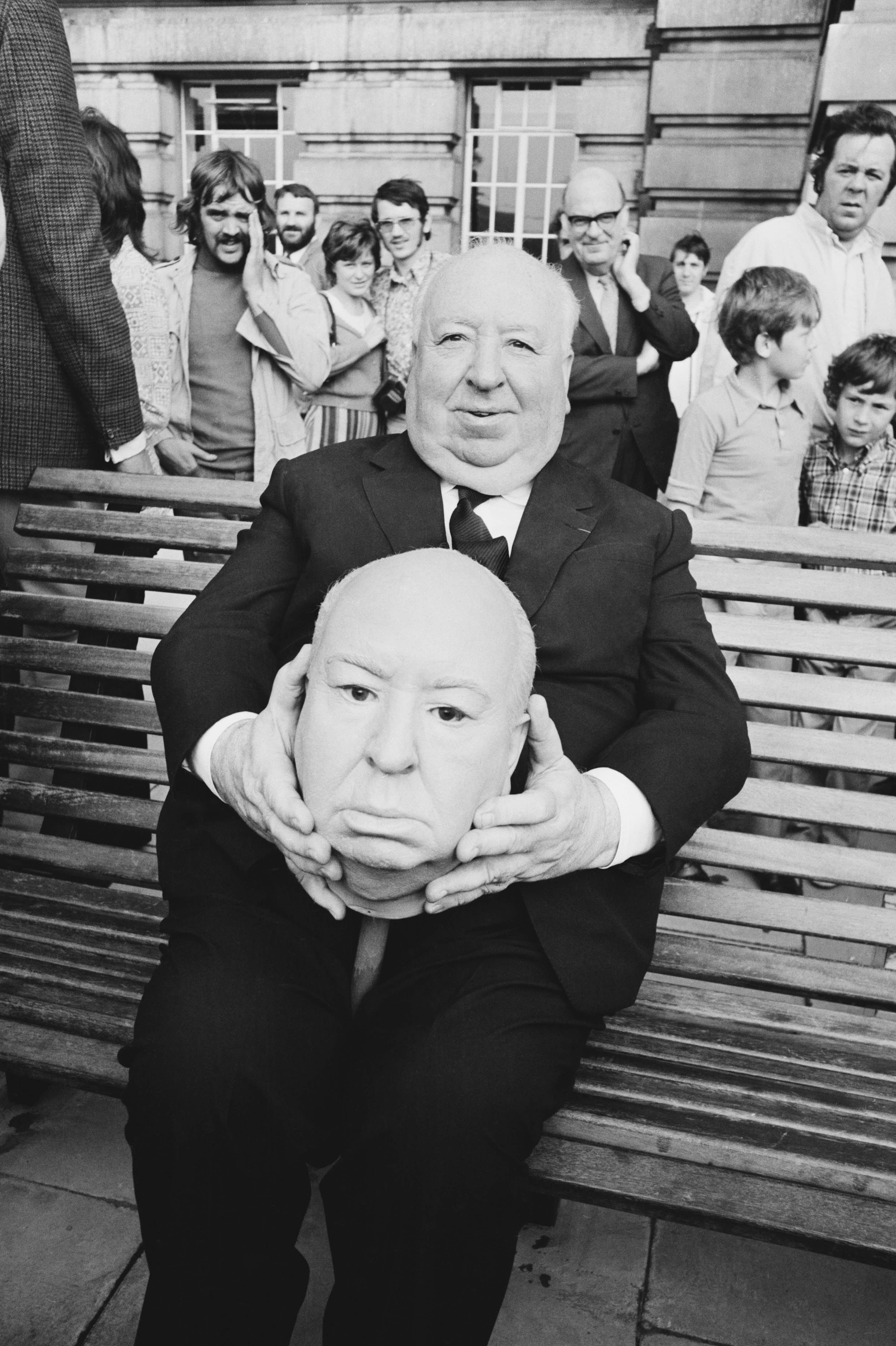Alfred Hitchcock mit einem nachgebauten Hitch-Kopf