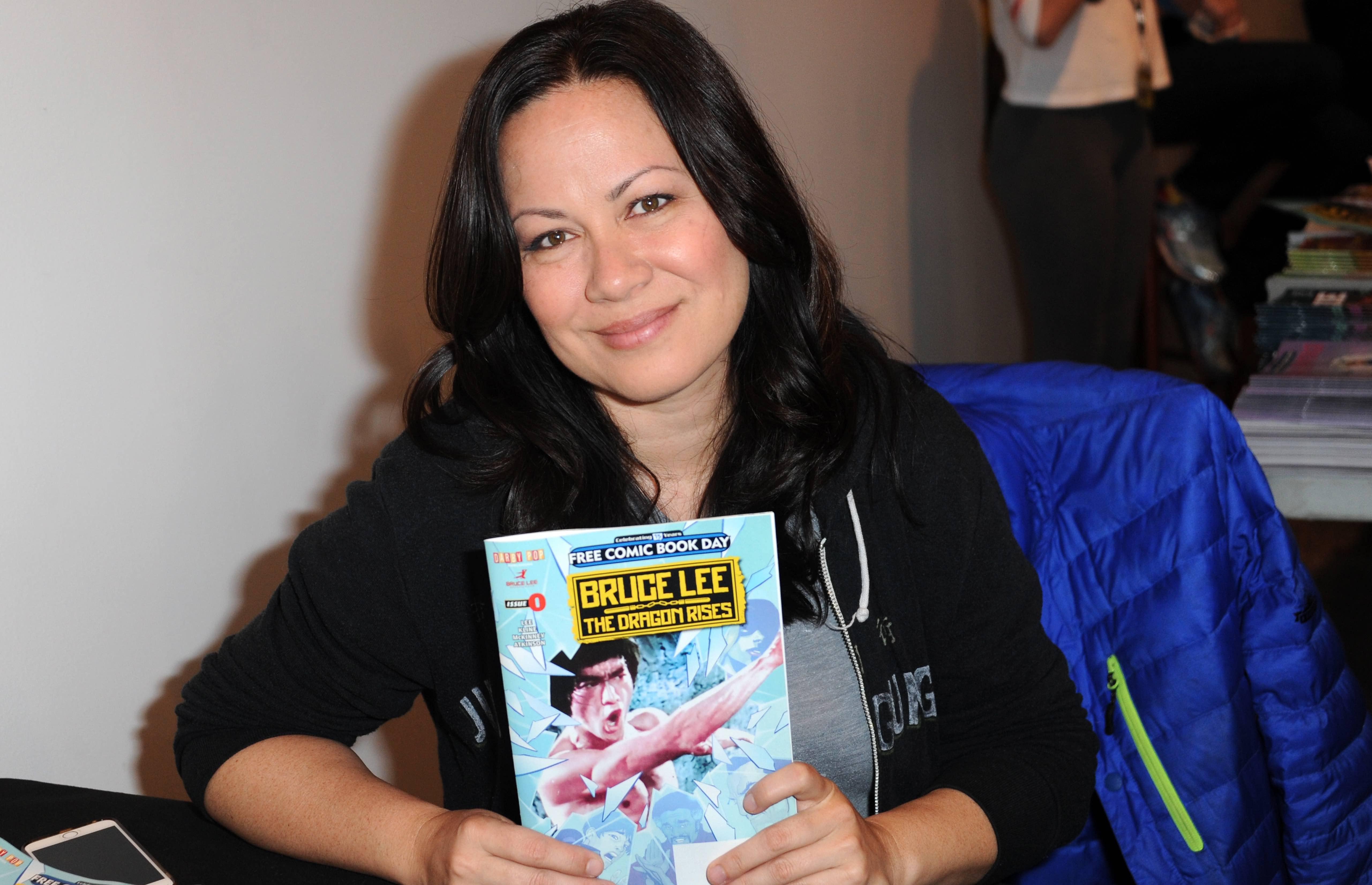 Shannon Lee mit einem Comic über ihren berühmten Vater Bruce Lee