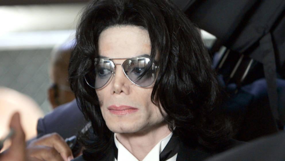 Michael Jackson bei einem Gerichtstermin 2005