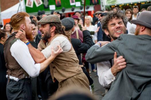 Schauspieler stellen am Peaky Blinders Festival einen blutigen Gangster-Boxkampf nach