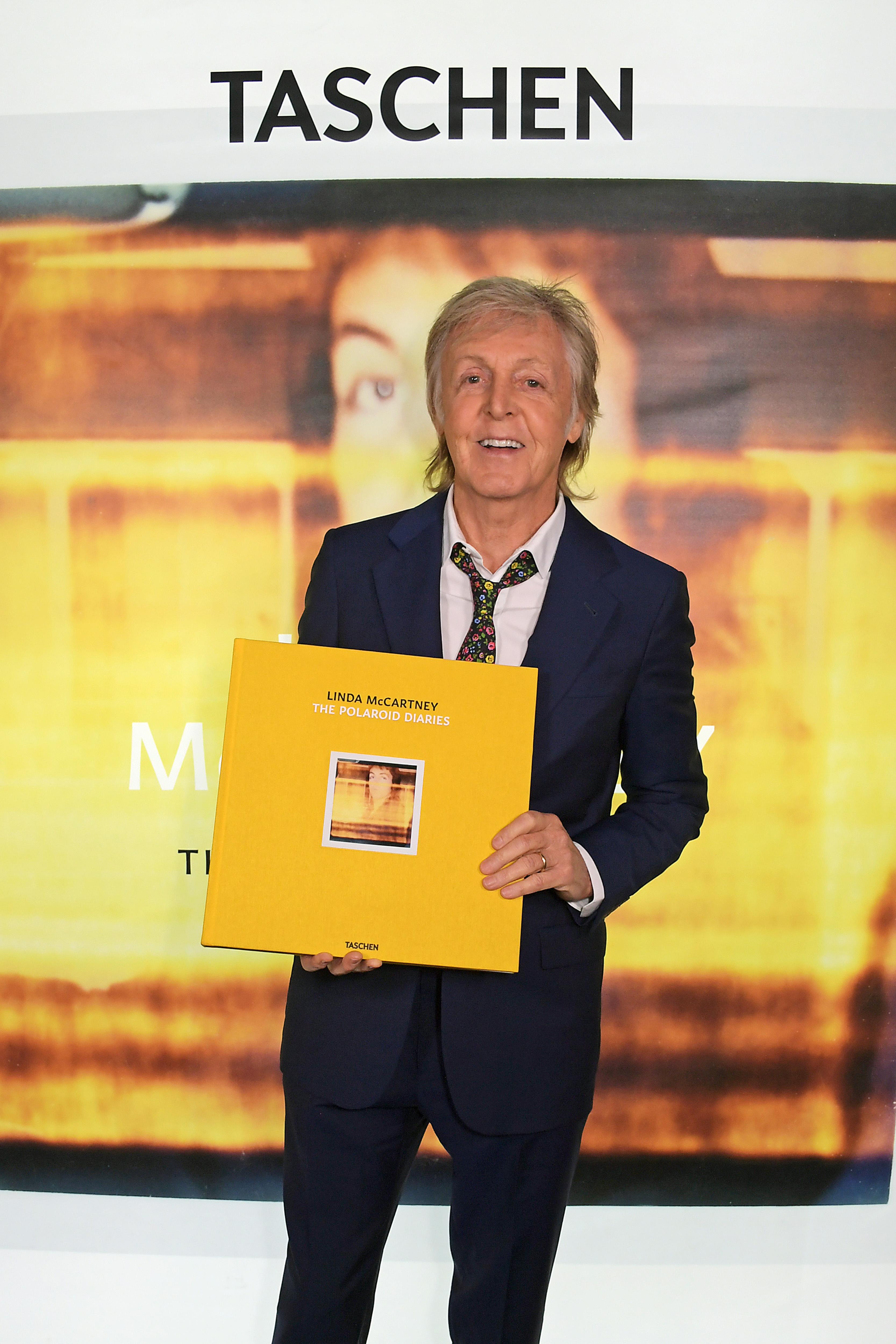 Paul McCartney freut sich sichtlich über die neue Publikation