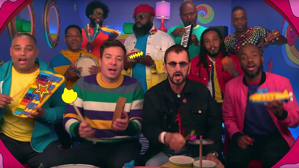 """Jimmy Fallon und Ringo Starr spielen gemeinsam mit ihren Classroom Instruments """"Yellow Submarine"""""""