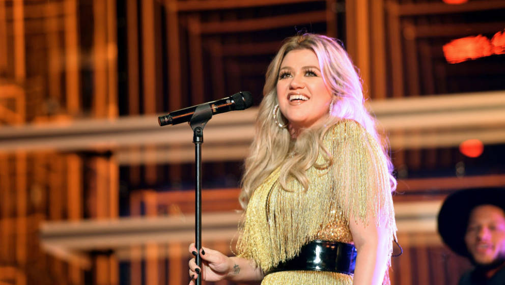 LAS VEGAS, NV - MAY 20:  Host Kelly Clarkson performs onstage at the 2018 Billboard Music Awards at MGM Grand Garden Arena on