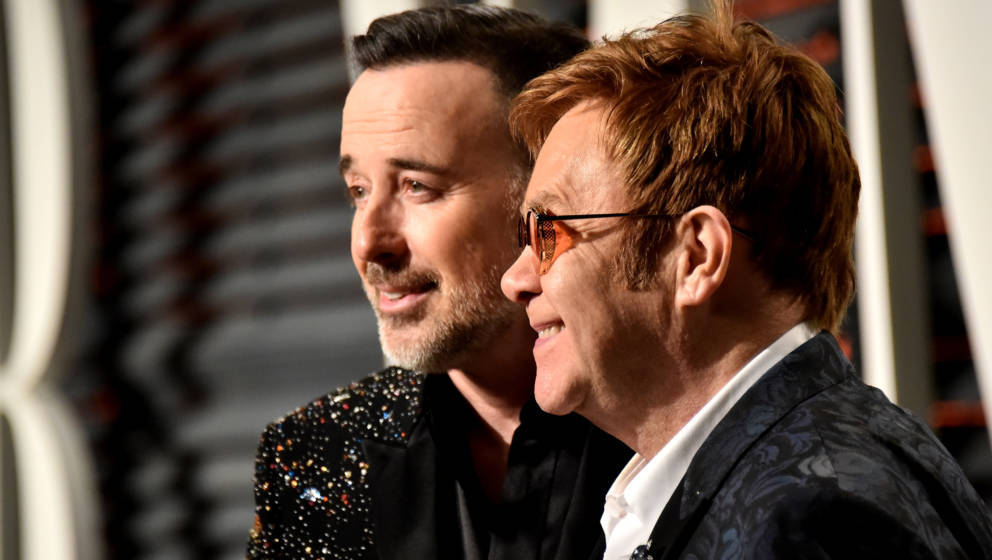 BEVERLY HILLS, CA - FEBRUARY 26: Elton John (R) and David Furnish attend the 2017 Vanity Fair Oscar Party hosted by Graydon C