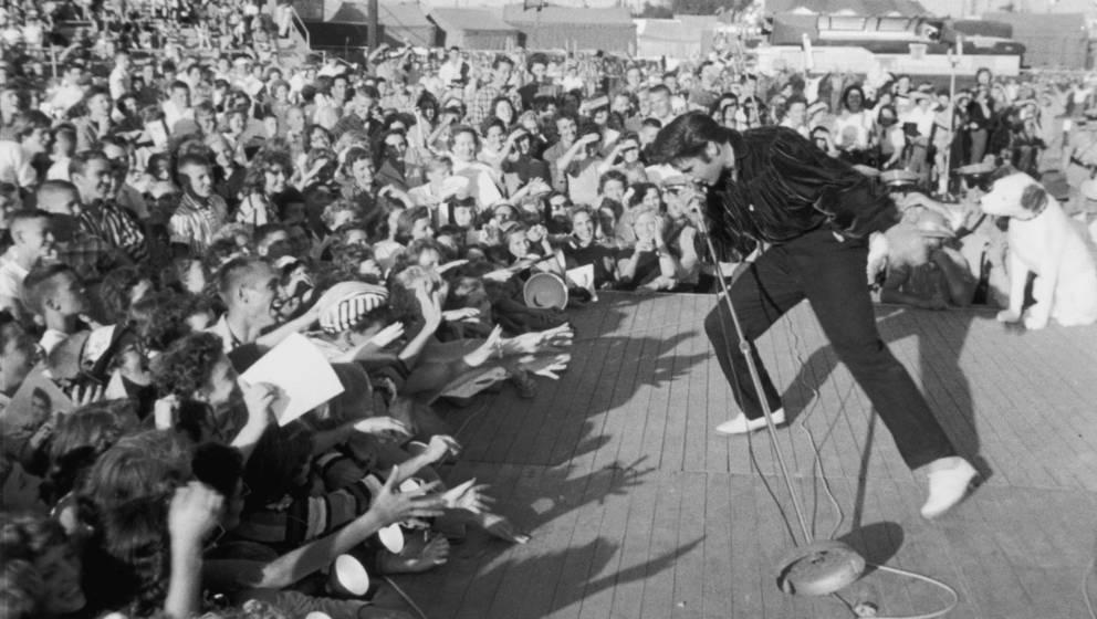 Zum Greifen nah: Fans versuchen ihr Idol Elvis Presley bei einem Konzert zu berühren. Die Aufnahme stammt etwa aus dem Jahr 1957.