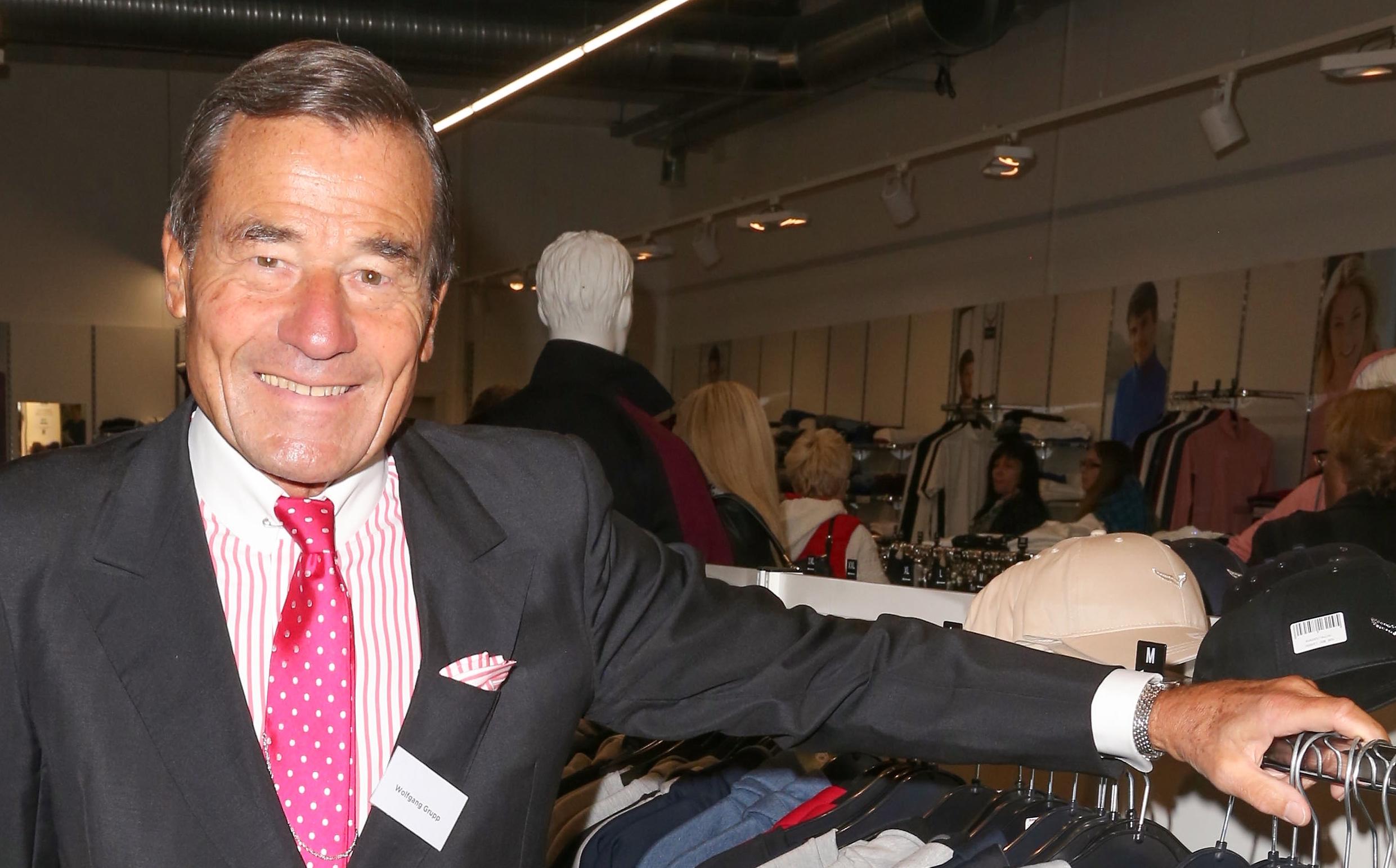 Trigema-Chef Wolfgang Grupp macht Helene Fischer mit seiner Ware glücklich
