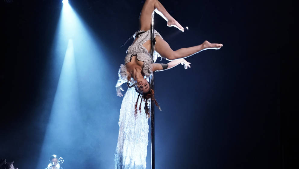 THE TONIGHT SHOW STARRING JIMMY FALLON -- Episode 1147 -- Pictured: Musical guest FKA twigs performs on October 30, 2019 -- (