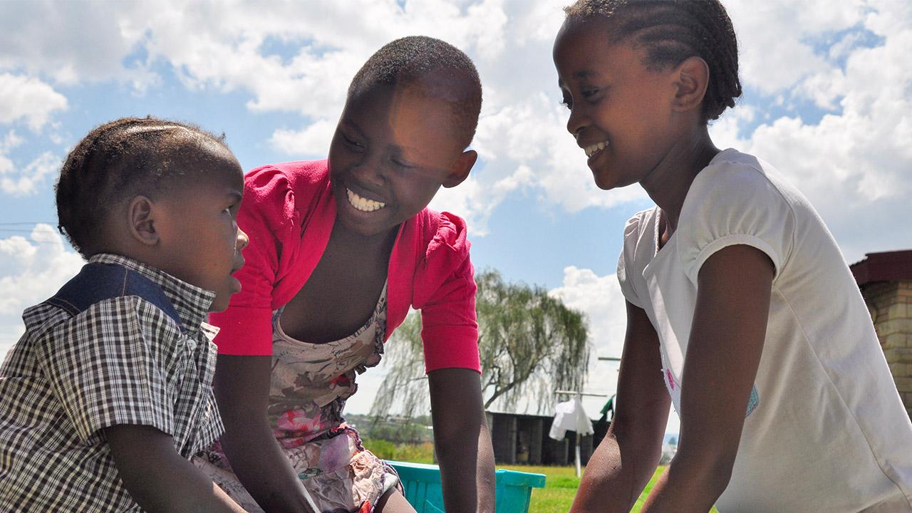 Seit 1998 gibt es die SOS-Kinderdörfer auch in Lesotho. Im SOS-Kinderdorf in der Hauptstadt Maseru finden Kinder, die wie Itumeleng ohne elterliche Fürsorge sind, ein Zuhause