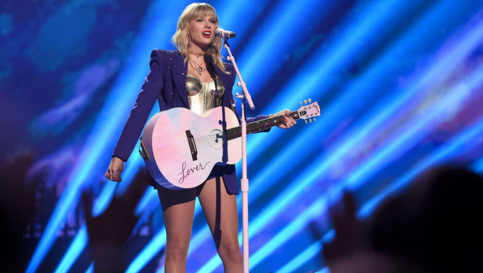 NEWARK, NEW JERSEY - AUGUST 26: Taylor Swift performs onstage during the 2019 MTV Video Music Awards at Prudential Center on