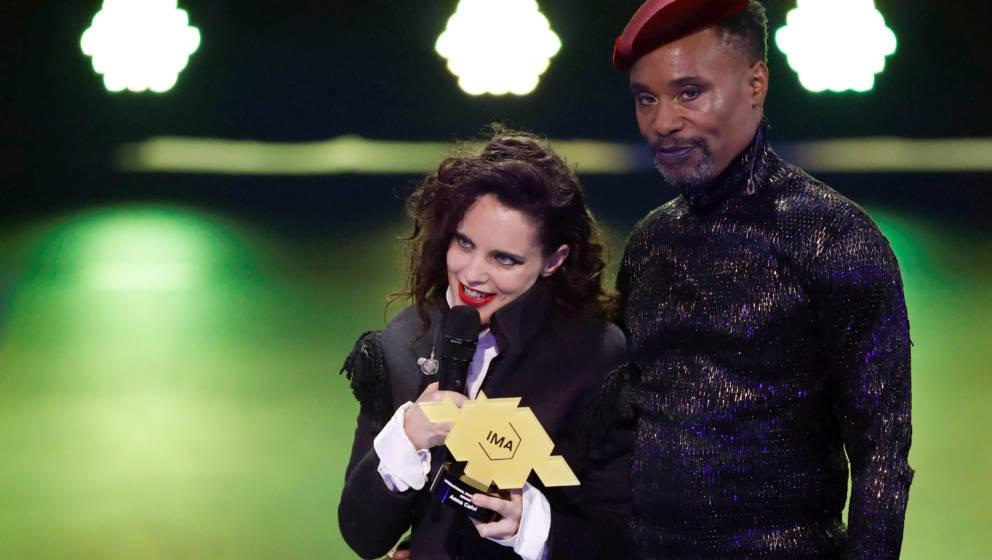 Anna Calvi hat den SOUND des Jahres, erhält den IMA von Moderator Billy Porter