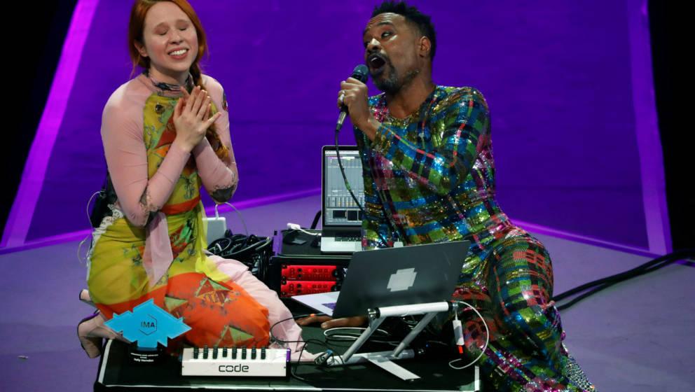 Sängerin Holly Herndon erklärt IMA-Moderator Billy Porter, wie sie mit KI neue Musik gestaltet