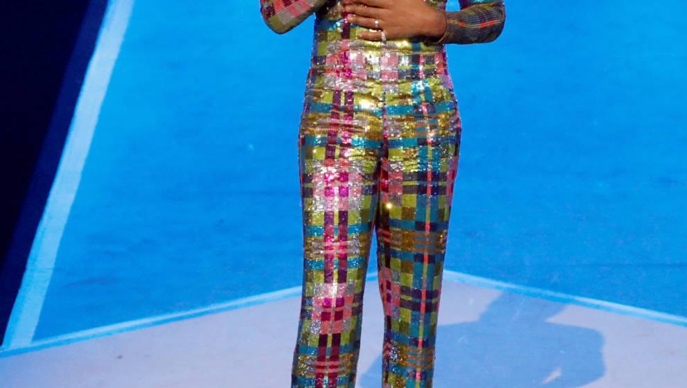 Ein Outfit schräger als das andere: IMA-Moderator Billy Porter trägt schrill