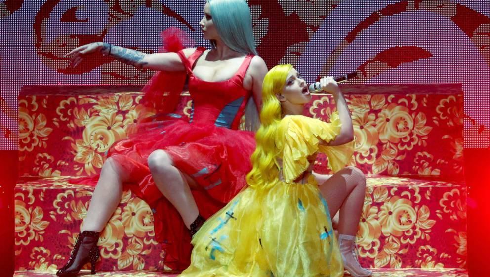 """Rapperin Iggy Azalea (l) und Alice Chater treten gemeinsam auf, spielen zum ersten Mal ihre neue gemeinsame Single """"Lola"""