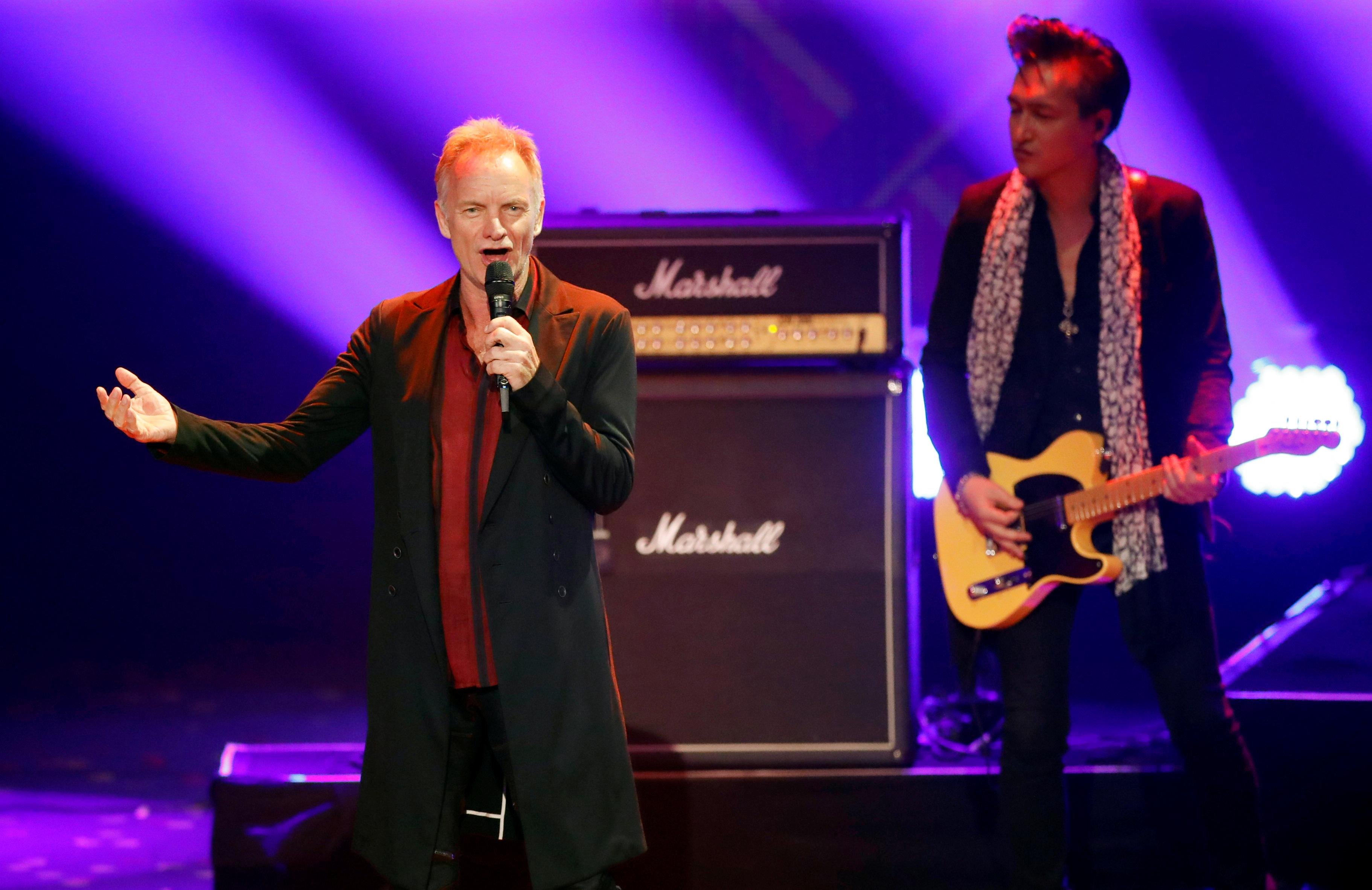 Sting singt zwei seiner größten Hits