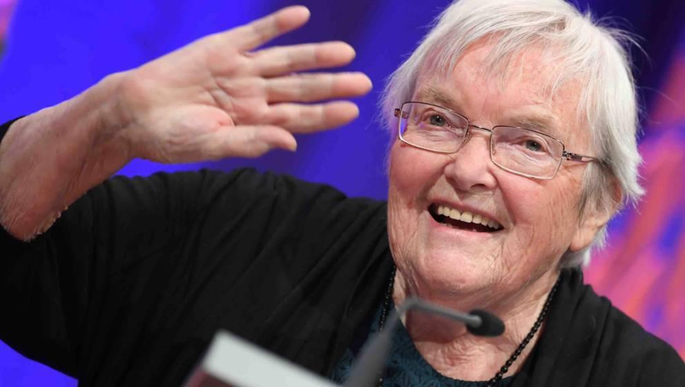 ARCHIV - 13.10.2017, Hessen, Frankfurt/Main: Die Autorin Gudrun Pausewang winkt bei der Verleihung des Deutschen Jugendlitera