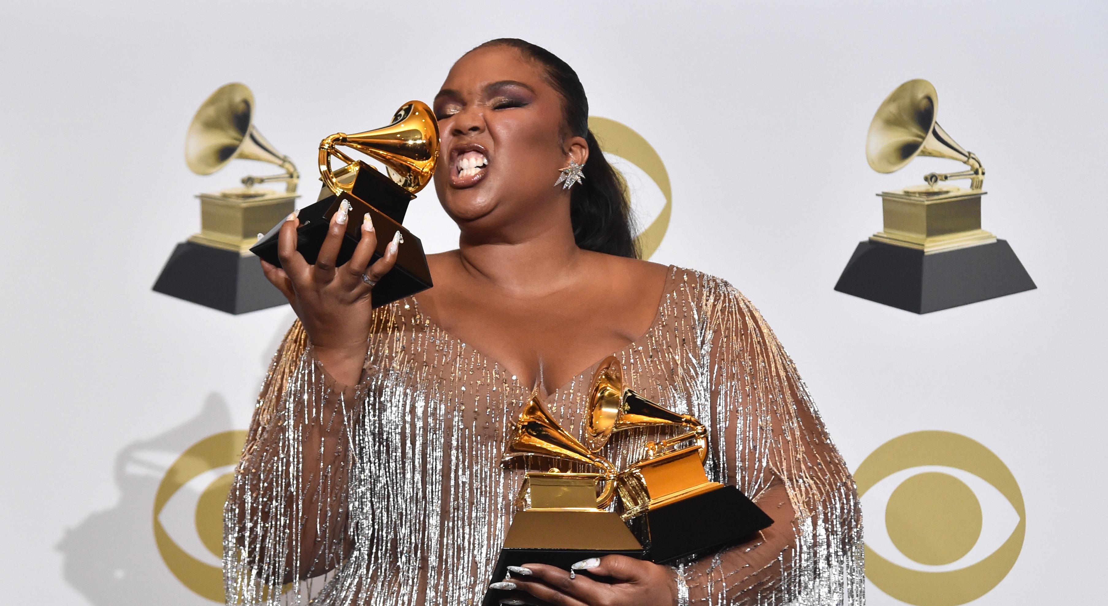 Lizzo herzt ihre gewonnenen Grammys