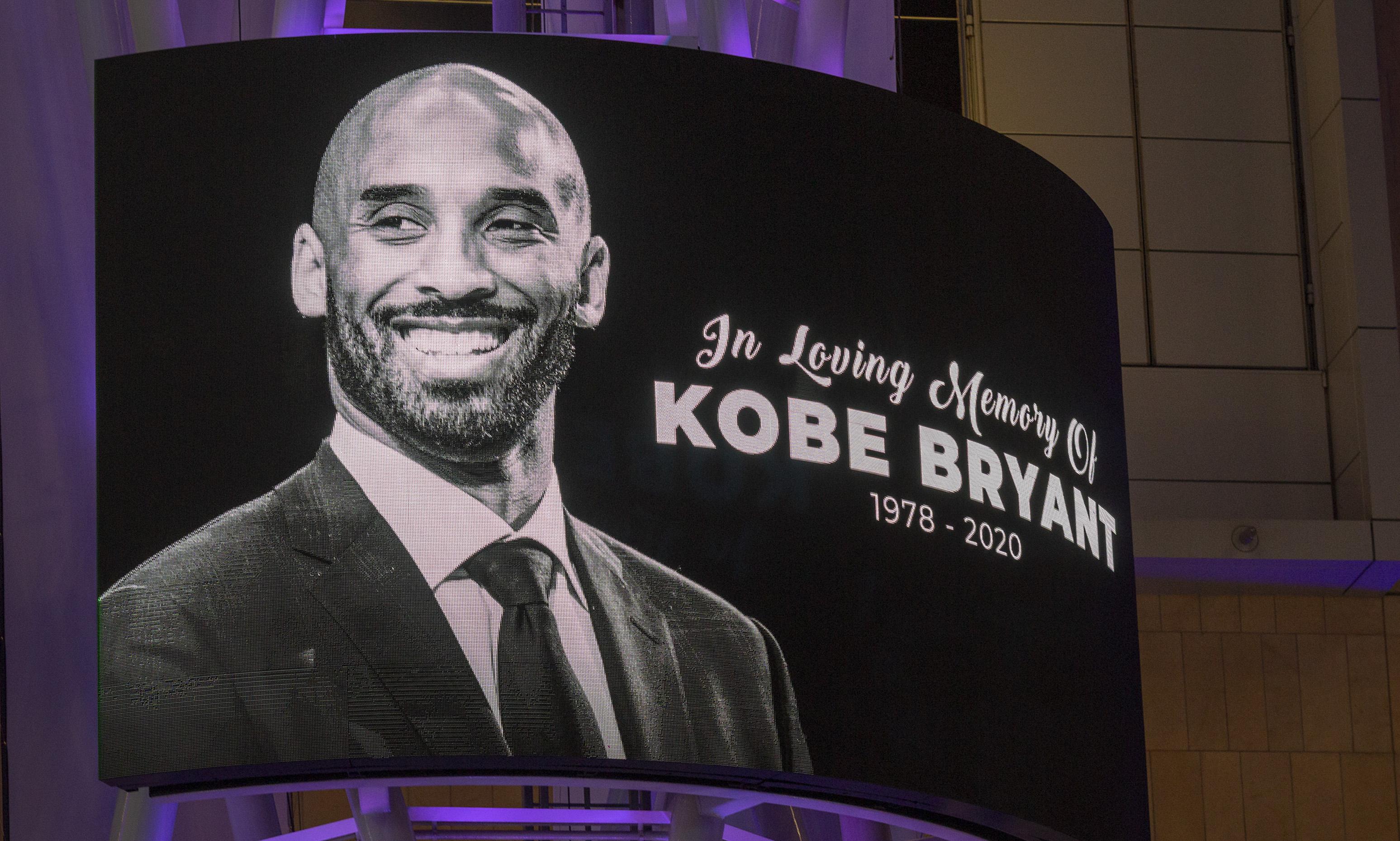 Erinnerung an Kobe Bryant auf einer Videoleinwand vor dem Staples Center