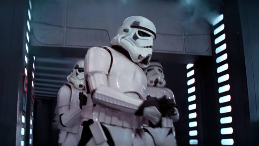 """Tollpatschiger Stormtrooper in """"Star Wars: Episode IV – Eine neue Hoffnung"""""""